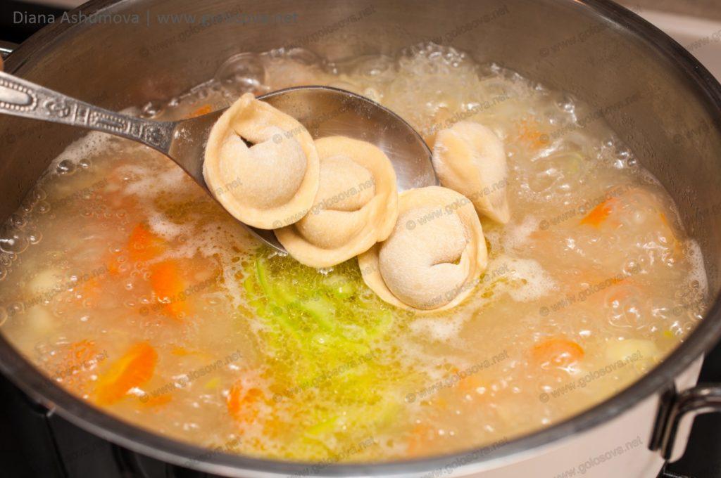 добавляем пельмени в суп