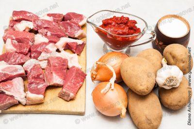 говядина, картошка и томатная паста для рагу