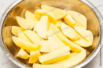 дольки сырого картофеля