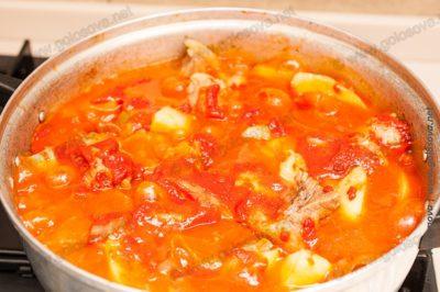 говядина тушеная с томатной пастой и картошкой