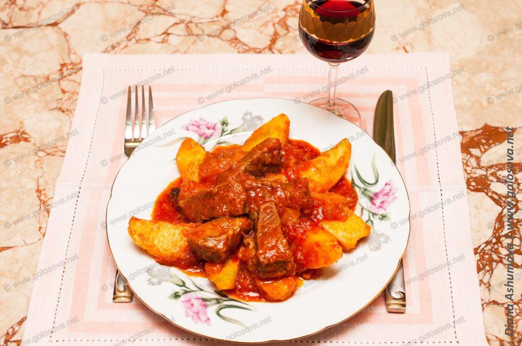 тушеная картошка с говядиной в кастрюле