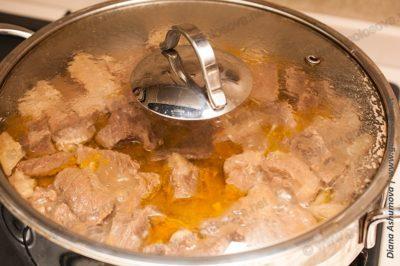 тушеная говядина в кастрюле