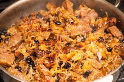 говядина с изюмом в сковороде