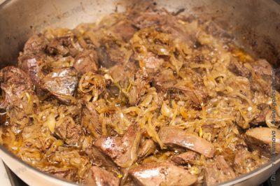 печень индейки на сковороде с луком