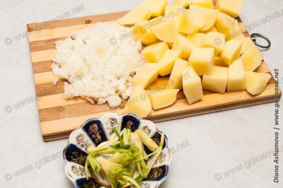 картофель, лук и корешки укропа и петрушки