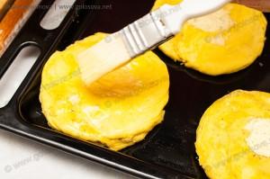 смазываем желтком или взбитым яйцом