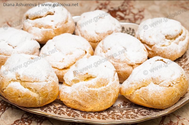 Пирожные Шу на блюде