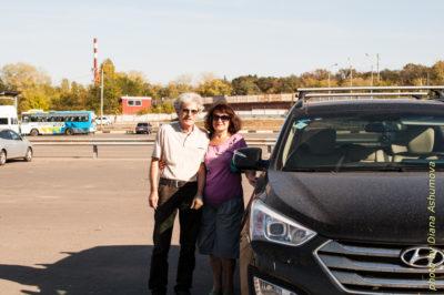 Голосова Людмила и Ашумов Вагиф рядом с машиной