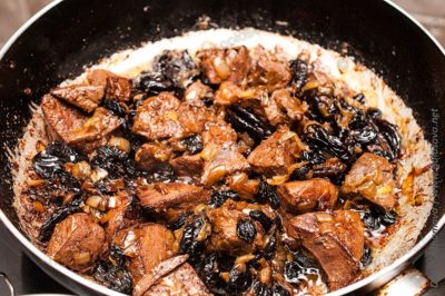 свиная печень с сухофруктами на сковороде