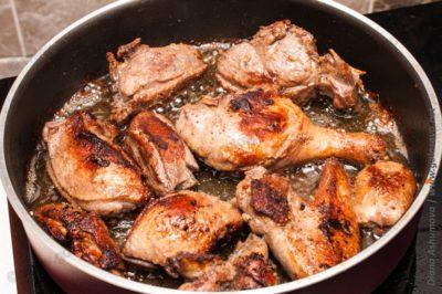обжаренная утка в сковороде