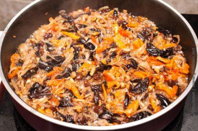 смесь сухофруктов, орехов и жареного лука