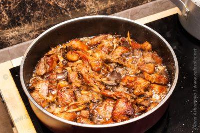 вешенки со свининой на сковороде