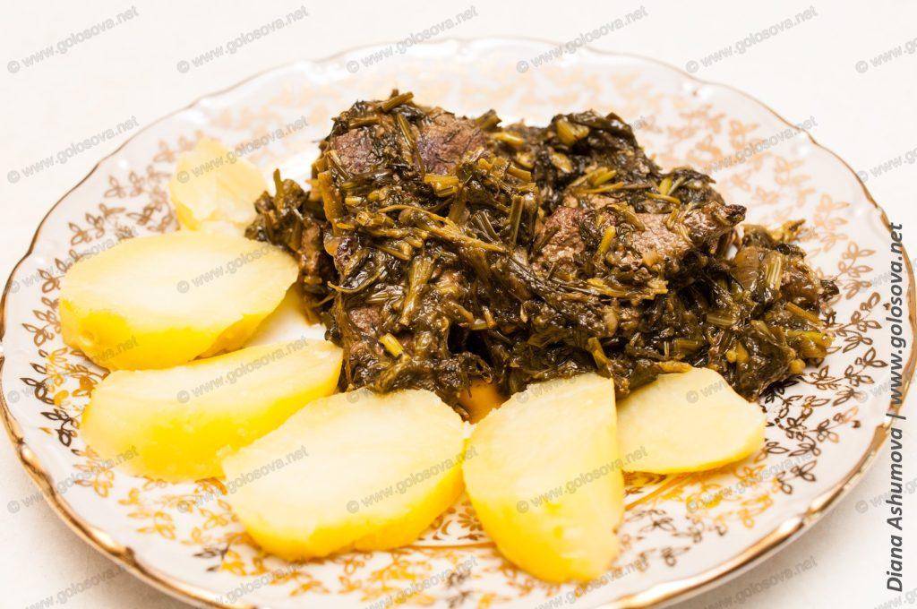 свиная печень с зеленью и отварной картошкой