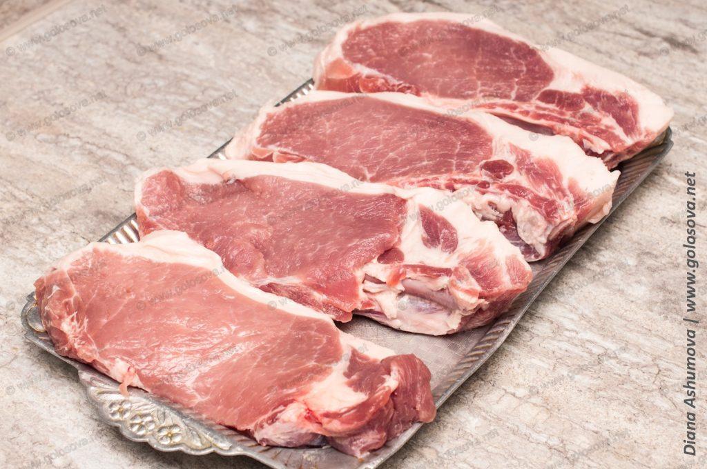 сырые свиные стейки