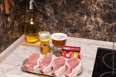 свиные стейки и ингредиенты для маринада
