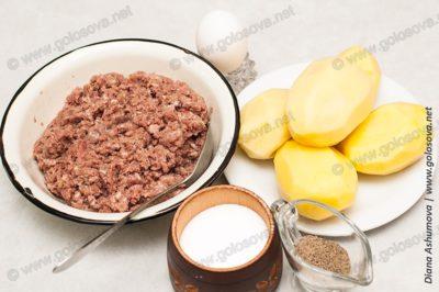 мясной фарш и картофель для зеленого борща