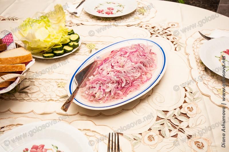 на столе селедка в луке и уксусе