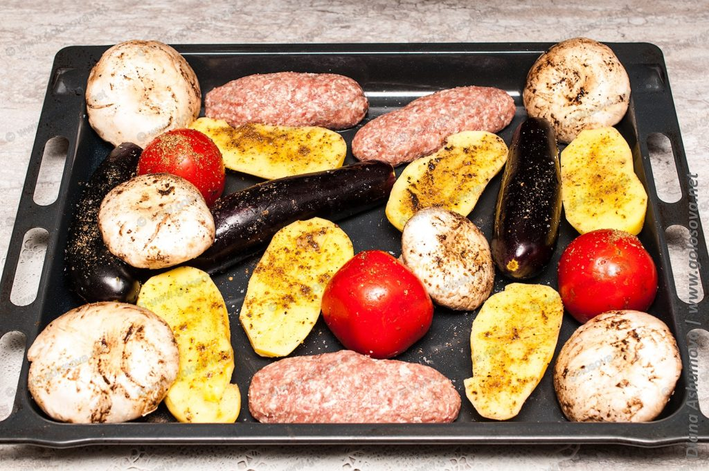 овощи и мясо на противне