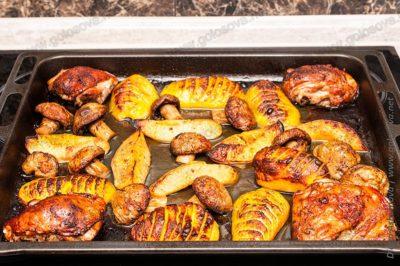 запеченные овощи с грибами и куриными бедрами