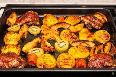 запеченные фрукты в духовке с куриными бедрами