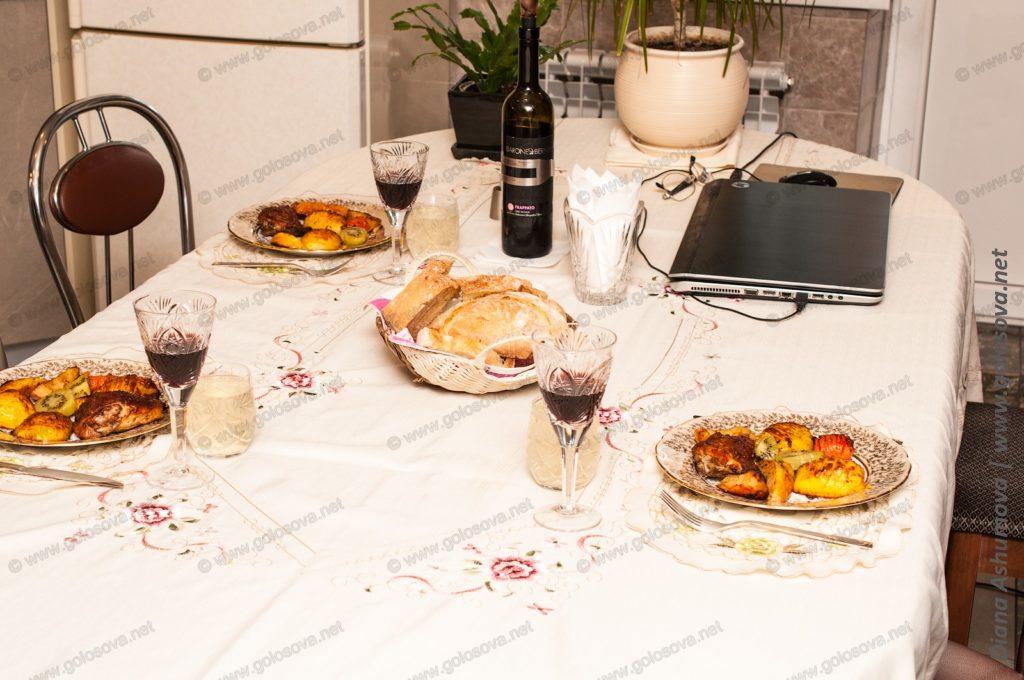 накрытый стол с запеченными овощами и курицей