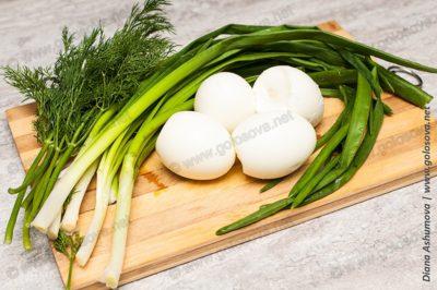 зеленый лук и отварные яйца