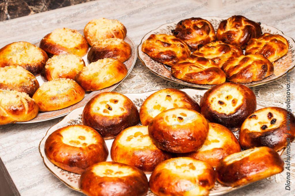 булочки со штрейзелем и ватрушки с творогом и изюмом