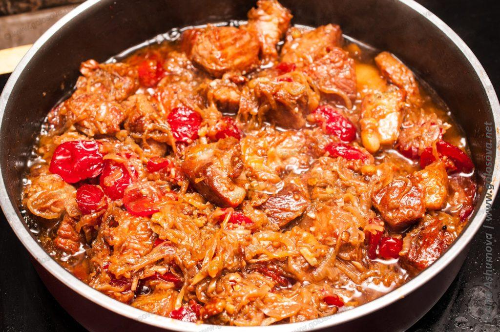 свинина с сушеными помидорами в сковороде