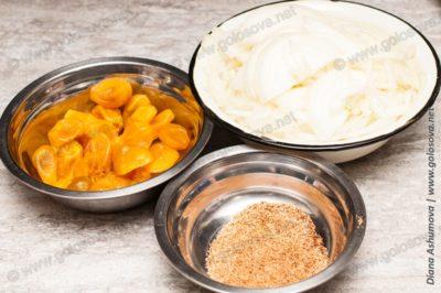 лук, кумкваты вяленые и натертый мускатный орех