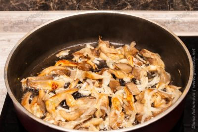 тушим и обжариваем грибы с луком