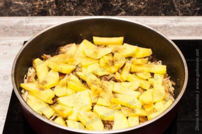 картофель с овощами в сковороде
