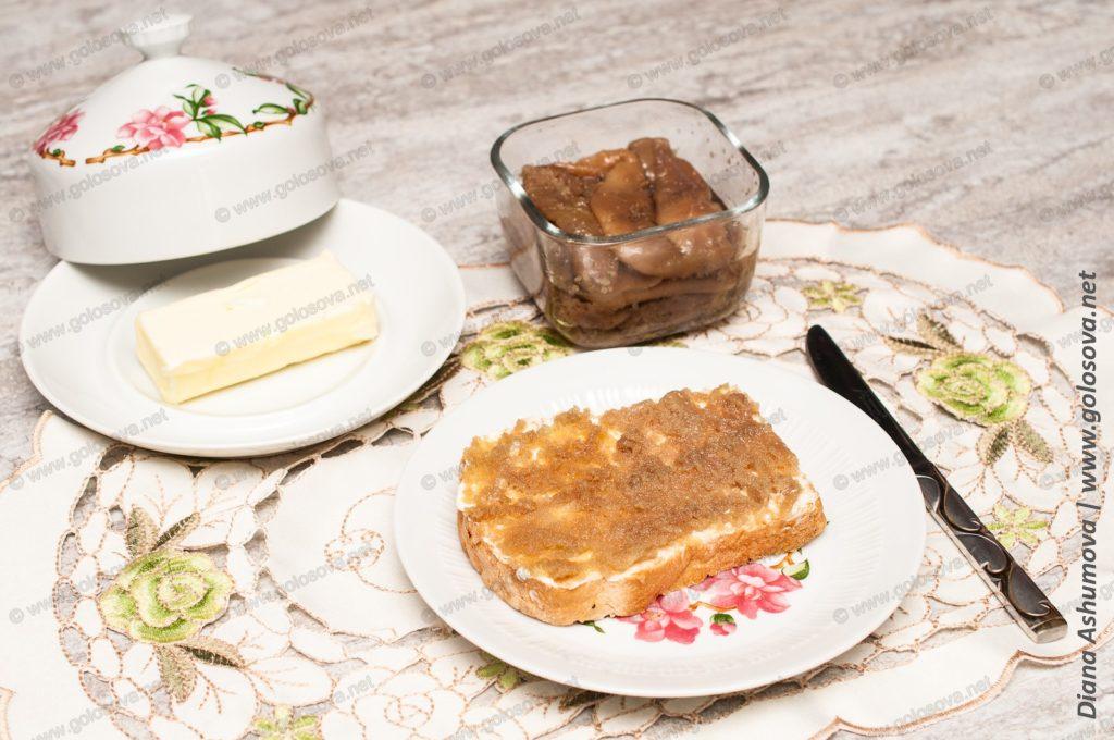 бутерброд с маслом и ястыком икры сельди