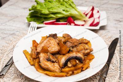 жаркое в горшочках с курицей и шампиньонами и картошкой