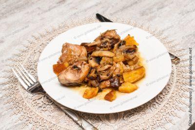 куриное жаркое в горшочках с грибами и картошкой