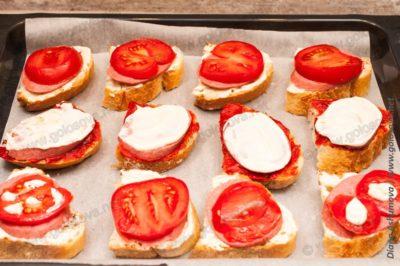 горячие бутерброды с копченой колбасой и помидорами