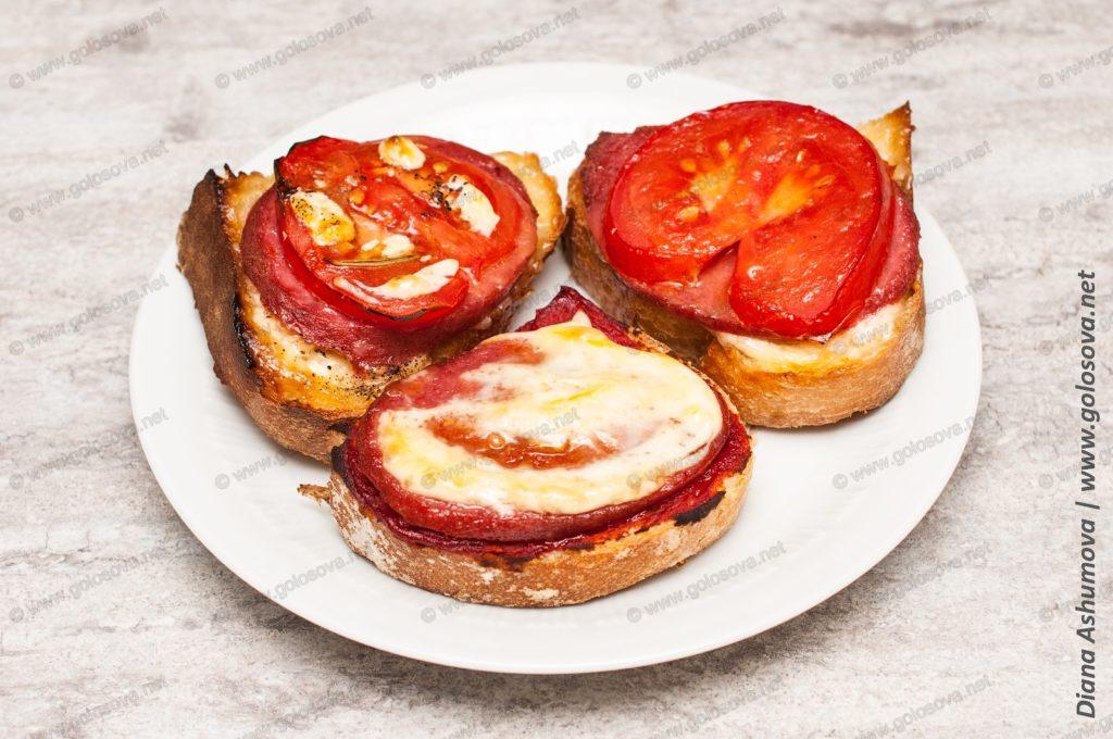 горячие бутерброды с колбасой и помидорами