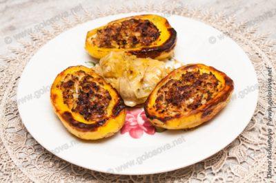 капуста вместе с запеченным фаршированным картофелем