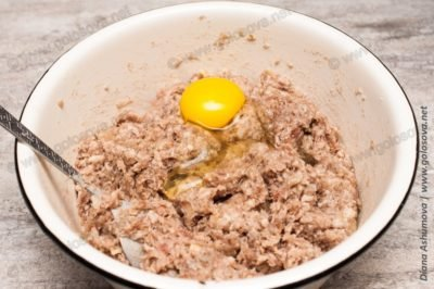 фарш и сырое яйцо