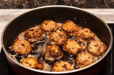 жареные тефтели на сковороде