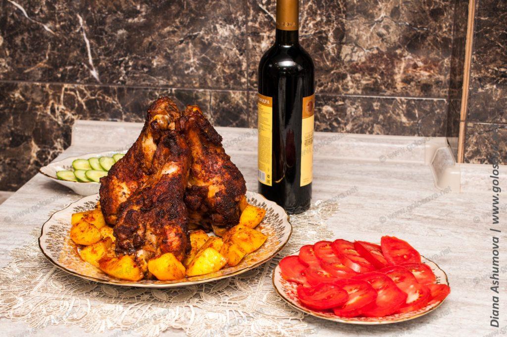 запеченные плечи индейки в духовке с картошкой, овощами и вином