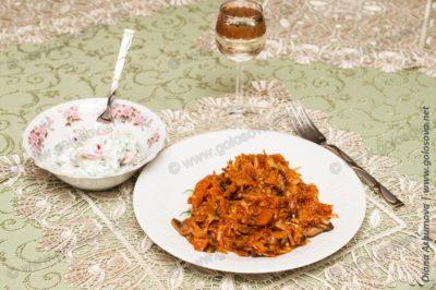 тушеные грибы с капустой и салатом