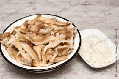 нарезанные грибы и лук