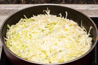 нашинкованная капуста на сковороде