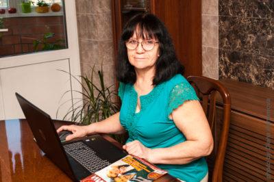 Голосова Людмила за ноутбуком