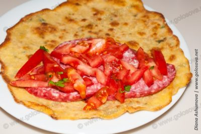 лепешка с фаршем и помидорами