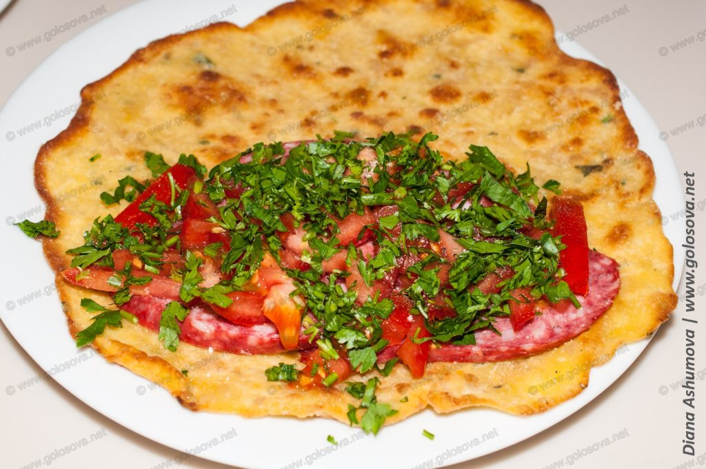 лепешка с колбасой, помидорами и зеленью