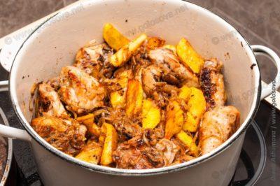 кастрюля с жаркое из курицы с картошкой