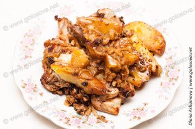 жаркое из курицы с картошкой на тарелке