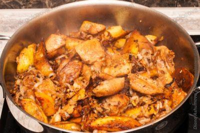 жаркое с курицей и картошкой в кастрюле