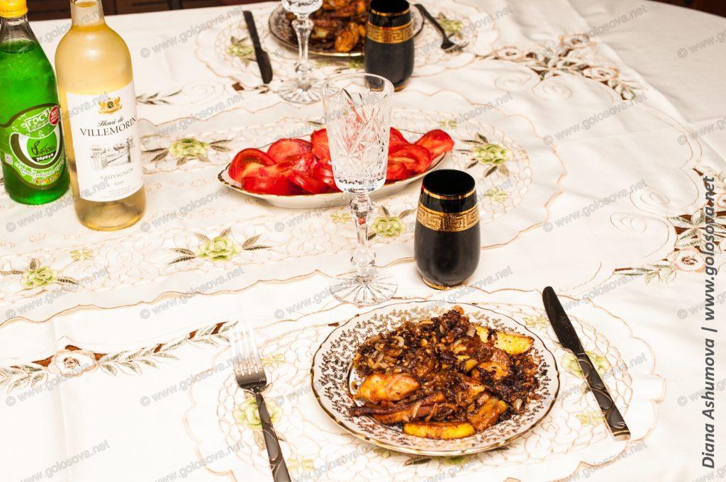 жаркое из курицы с картошкой на сервированном столе